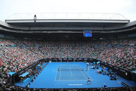 MELBOURNE, AUSTRALIË - 25 januari 2016: Rod Laver Arena tijdens de Australian Open 2016 wedstrijd in Australische tenniscentrum in Melbourne Park. Het is de belangrijkste locatie voor de Australian Open sinds 1988 Stockfoto - 54607425