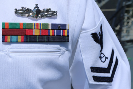 ニューヨークでアメリカ合衆国海軍制服にニューヨーク - 2016 年 5 月 26 日: 米海軍軍事リボン 報道画像