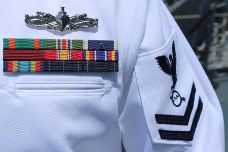 NEW YORK - 26 maja 2016: US Navy wstążki wojskowy w United States Navy Uniform w Nowym Jorku