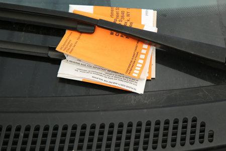 violation: NUEVA YORK - 4 junio 2016: Ilegal infracción de estacionamiento Violación en el parabrisas del coche en Nueva York Editorial