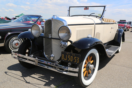 motor de carro: BROOKLYN, NEW YORK - JUNE 8, 2014: Historical 1930 Oakland Convertible on display at the Antique Automobile Association of Brooklyn annual Spring Car Show in Brooklyn, New York