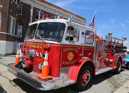 BROOKLYN, NEW YORK - JUNE 8, 2014: Fire truck on display at the Antique Automobile Association of Brooklyn annual Spring Car Show in Brooklyn, New York Редакционное