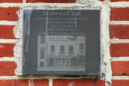 NEW YORK - 16 juni 2016: Teken bij de homo-rechten mijlpaal Stonewall Inn in New York City. Het is een bakermat van de moderne bevrijding homo-emancipatie.