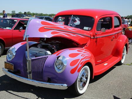 motor de carro: BROOKLYN, NEW YORK - JUNE 12, 2016: Historical 1940 Ford during Antique Automobile Association of Brooklyn annual Spring Car Show in Brooklyn, New York