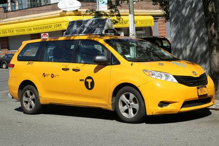 BROOKLYN, 뉴욕 - 2016 년 6 월 12 일 : 뉴욕 브루클린에서 노란색 휠체어 액세스 택시. 에디토리얼