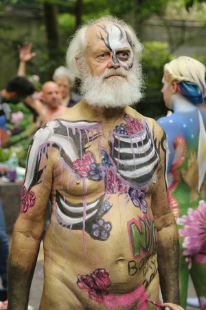 desnudo artistico: NUEVA YORK - 9 de julio, 2016: Los artistas pintar 100 modelos totalmente desnudas de todas las formas y tamaños durante el tercer día de Pintura Ciudad de Nueva York Administración en el centro de Manhattan artista que ofrece Andy Golub en Nueva York