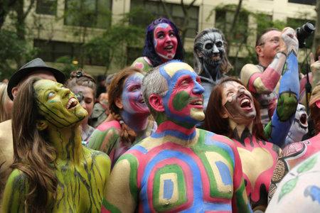 desnudo artistico: NUEVA YORK - 9 de julio, 2016: Pintado modelos totalmente desnudas de todas las formas y tamaños celebrar el tercer Día Pintura NYC del cuerpo en el centro de Manhattan artista que ofrece Andy Golub en Nueva York