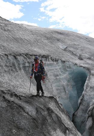 guia de turismo: Celand - 4 de julio, 2016: Guía de turismo durante la marcha glaciar en Solheimajokull glaciar. Solheimajokull glaciar es uno de los glaciares más grandes de Europa. Editorial