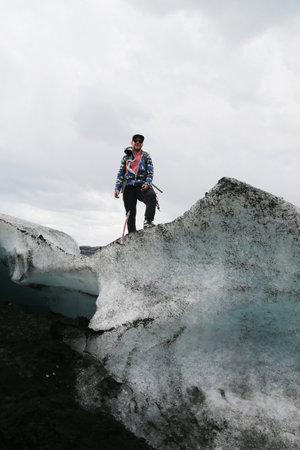 guia turistico: ISLANDIA - 4 de julio, 2016: Guía turístico durante la caminata glaciar en Solheimajokull glaciar. Solheimajokull glaciar es uno de los glaciares más grandes de Europa. Editorial