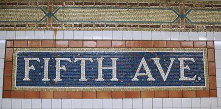 NUEVA YORK - 17 de marzo, 2016: Cartel de mosaico en la estación de metro de Fifth Avenue en Manhattan Editorial