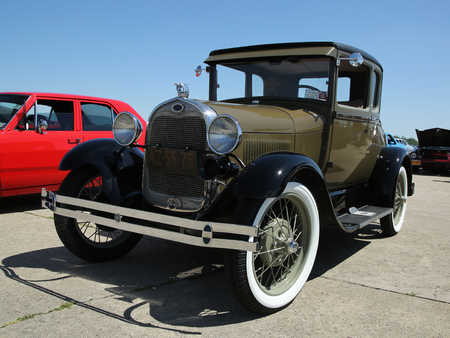 motor de carro: BROOKLYN, NEW YORK - JUNE 12, 2016: Historical 1928 Ford on display at the Antique Automobile Association of Brooklyn annual Spring Car Show