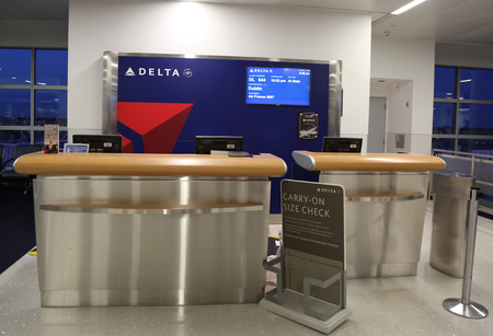 뉴욕 - 2016 년 7 월 2 일 : 델타 항공은 뉴욕의 JFK 국제 공항에서 델타 항공 4 번 터미널 내부로 탑승합니다 에디토리얼