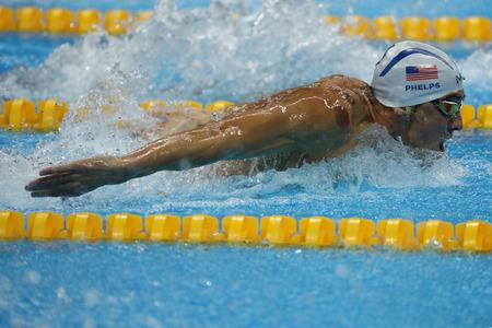 piscina olimpica: RIO DE JANEIRO, BRASIL - AGOSTO 8, 2016: campe�n ol�mpico Michael Phelps de Estados Unidos nadar 200 metros mariposa de los hombres en Juegos Ol�mpicos Rio 2016 Editorial