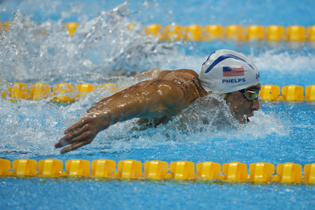 piscina olimpica: RIO DE JANEIRO, BRAZIL – AUGUST 8, 2016: Olympic champion Michael Phelps of United States swimming the Mens 200m butterfly at Rio 2016 Olympic Games Editorial