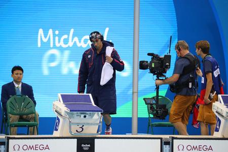 piscina olimpica: RIO DE JANEIRO, BRASIL - AGOSTO 8, 2016: campe�n ol�mpico Michael Phelps de Estados Unidos antes de nadar 200 metros mariposa de los hombres en Juegos Ol�mpicos Rio 2016