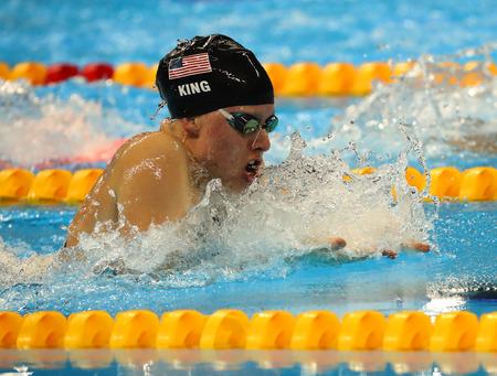 piscina olimpica: RIO DE JANEIRO, BRASIL - AGOSTO 8, 2016: Lilly Rey de los Estados Unidos compite en los 100 metros braza femenino final de los Juegos Olímpicos de Río 2016 en el Estadio Olímpico Acuático