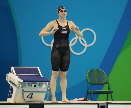 piscina olimpica: RIO DE JANEIRO, BRASIL - AGOSTO 8, 2016: Lilly Rey de los Estados Unidos antes de los 100 metros braza femenino final de los Juegos Ol�mpicos de R�o 2016 en el Estadio Ol�mpico Acu�tico Editorial