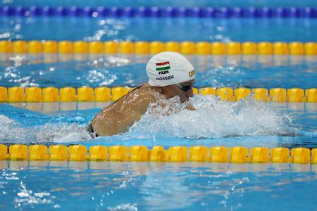 piscina olimpica: RIO DE JANEIRO, BRASIL - AGOSTO 8, 2016: Katinka Hosszu de Hungría compite en el de la Mujer 100 metros espalda final de los Juegos Olímpicos de Río 2016 en el Estadio Olímpico Acuático