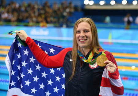 piscina olimpica: RIO DE JANEIRO, BRAZIL - AUGUST 8, 2016: Lilly King of the United States celebrates winning gold in the Womens 100m Breaststroke Final  of the Rio 2016 Olympic Games at the Olympic Aquatics Stadium Editorial