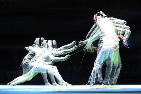 piscina olimpica: RIO DE JANEIRO, BRASIL - 10 de agosto, 2016: tirador ruso (L) ataca a Gran Bretaña en el tirador de semifinales de florete por equipos masculino de los Juegos Olímpicos de Río 2016 en el Estadio 3 Carioca (exposiciones múltiples) Editorial