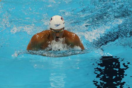 piscina olimpica: RIO DE JANEIRO, BRASIL - 10 de agosto, 2016: campeón olímpico Ryan Lochte de Estados Unidos compite a 200m relevo combinado individual masculino de los Juegos Olímpicos de Río 2016 en el Estadio Olímpico Acuático Editorial