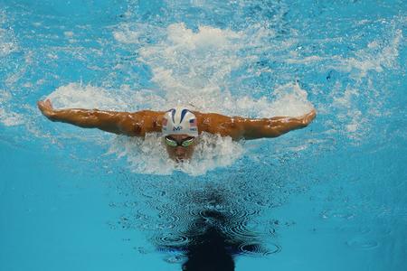 RIO DE JANEIRO, BRASIL - 10 de agosto, 2016: campeón olímpico Michael Phelps de Estados Unidos compite a 200m estilos individual masculino de los Juegos Olímpicos de Río 2016 en el Estadio Olímpico Acuático