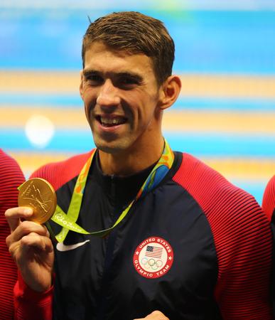 RIO DE JANEIRO, BRAZILIÃ‹ - 13 augustus 2016: Olympisch kampioen Michael Phelps van Verenigde Staten viert overwinning op mannen 4x100m wisselslag estafette van de Rio 2016 Olympische Spelen