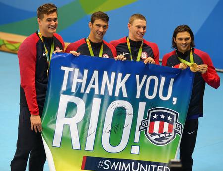 piscina olimpica: RIO DE JANEIRO, BRASIL - 13 de agosto, 2016: 4x100 equipo de relevo de la mezcla hombres de los EEUU Nathan Adrian (L), Michael Phelps, Ryan Murphy y Cory Miller celebran la victoria en los Juegos Olímpicos Rio 2016