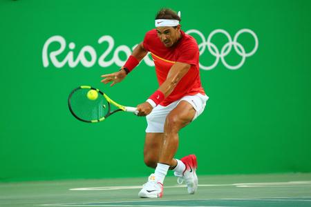 RIO DE JANEIRO, BRASIL - 12 de agosto, 2016: campeón olímpico Rafael Nadal de España en la acción durante individual masculino de cuartos de final de los Juegos Olímpicos de Río 2016 en el Centro Olímpico de Tenis Editorial