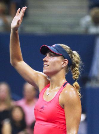 NEW YORK - 8 SEPTEMBRE 2016: L'Allemande Angelique Kerber, championne du Grand Chelem, célèbre sa victoire après sa demi-finale à l'US Open 2016 au Billie Jean King à New York Éditoriale