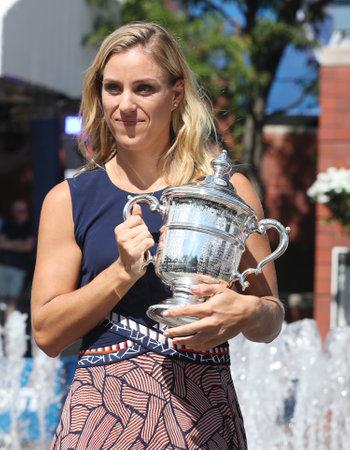 NEW YORK - LE 11 SEPTEMBRE 2016: Deux fois championne du Grand Chelem, l'Allemande Angelique Kerber posant avec le trophée de l'US Open après sa victoire à l'US Open 2016 au Centre national de tennis Billie Jean King Éditoriale