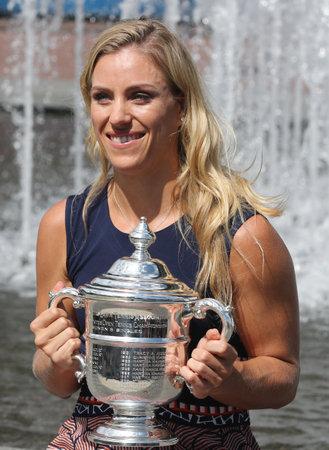 NEW YORK - LE 11 SEPTEMBRE 2016: Deux fois championne du Grand Chelem, l'Allemande Angelique Kerber posant avec le trophée de l'US Open après sa victoire à l'US Open 2016 au Centre national de tennis Billie Jean King