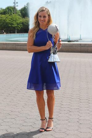 NEW YORK - 11 septembre 2016: Deux fois champion du Grand Chelem Angelique Kerber de l'Allemagne pose avec le trophée WTA No.1 après sa victoire à l'US Open 2016 au Billie Jean King National Tennis Center