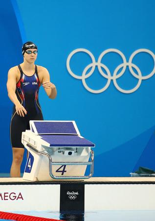 piscina olimpica: RIO DE JANEIRO, BRASIL - 12 de agosto, 2016: campeón olímpico Katie Ledecky de Estados Unidos antes de 800m estilo libre de la Mujer de los Juegos Olímpicos de Río 2016 en el Estadio Olímpico Acuático Editorial