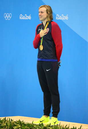 piscina olimpica: RIO DE JANEIRO, BRAZIL - AUGUST 12, 2016: Olympic champion Katie Ledecky of United States during medal ceremony after victory at the Womens 800m freestyle of the Rio 2016 Olympic Games