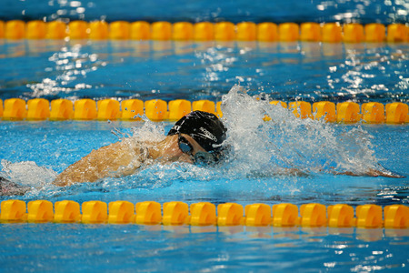 piscina olimpica: RIO DE JANEIRO, BRASIL - 12 de agosto, 2016: campeón olímpico Katie Ledecky de Estados Unidos compite en estilo libre 800m de la Mujer de los Juegos Olímpicos de Río 2016 en el Estadio Olímpico Acuático Editorial