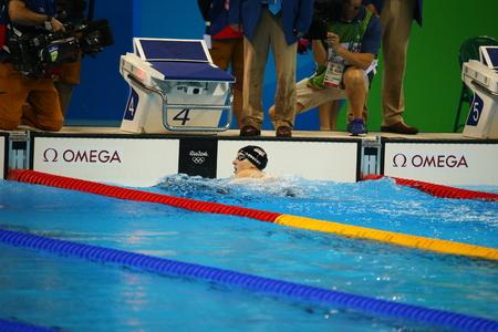 RIO DE JANEIRO, BRASIL - 12 de agosto, 2016: campeón olímpico Katie Ledecky de Estados Unidos celebra la victoria en estilo libre 800m de la Mujer de los Juegos Olímpicos de Río 2016 en el Estadio Olímpico Acuático Editorial