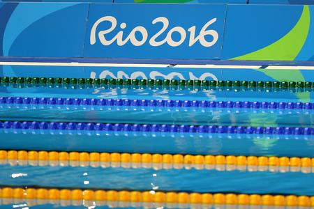 piscina olimpica: RIO DE JANEIRO, BRASIL - 12 de agosto, 2016: Piscina en el Centro Acuático Olímpico durante los Juegos Olímpicos de Río 2016 Editorial
