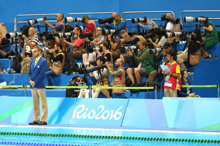 piscina olimpica: RIO DE JANEIRO, BRASIL - 12 de agosto, 2016: fot�grafos de tiro deportivo competici�n de nataci�n en el Centro Acu�tico Ol�mpico durante los Juegos Ol�mpicos de R�o 2016
