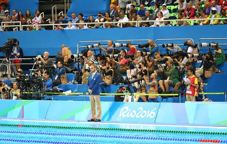 piscina olimpica: RIO DE JANEIRO, BRASIL - 12 de agosto, 2016: fotógrafos de tiro deportivo competición de natación en el Centro Acuático Olímpico durante los Juegos Olímpicos de Río 2016