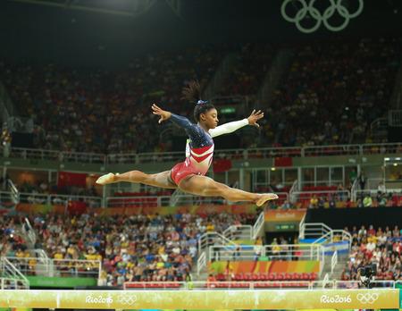 RIO DE JANEIRO, BRAZILIË - 9 augustus 2016: Olympisch kampioen Simone Biles van de Verenigde Staten concurreert op de evenwichtsbalk op damesteam all-around gymnastiek bij Rio Olympische Spelen van 2016 in Rio de Olympische Arena Stockfoto - 63094663