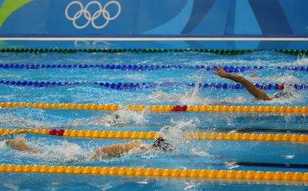 carrera de relevos: RIO DE JANEIRO, EL BRASIL - 12 DE AGOSTO DE 2016: Los nadadores del estilo libre compiten en el estilo libre 800m de las mujeres de los Juegos Olímpicos de Río 2016 en el estadio olímpico olímpico