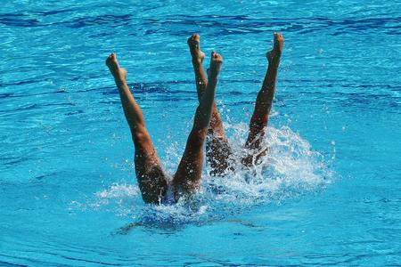 Synchroonzwemmen duet tijdens de competitie