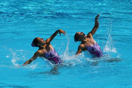 piscina olimpica: RIO DE JANEIRO, BRASIL - 14 de agosto, 2016: Anita Alvarez y Mariya Koroleva del equipo de Estados Unidos compiten durante la natación sincronizada duetos preliminar de rutina libre de los Juegos Olímpicos Rio 2016