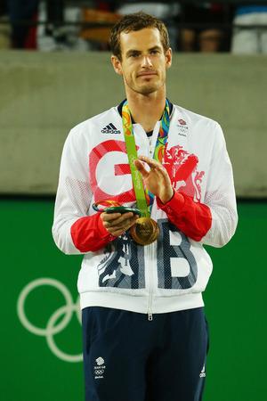 RIO DE JANEIRO, BRAZILIË - 14 augustus 2016: Olympisch kampioen Andy Murray van Groot-Brittannië tijdens tennis heren enkelspel medaille ceremonie van de Olympische Spelen van Rio 2016 op de Olympische Tennis Centre Stockfoto - 66238077