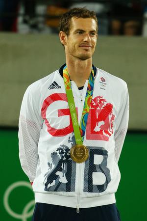 RIO DE JANEIRO, BRAZILIË - 14 augustus 2016: Olympisch kampioen Andy Murray van Groot-Brittannië tijdens tennis heren enkelspel medaille ceremonie van de Olympische Spelen van Rio 2016 op de Olympische Tennis Centre Stockfoto - 66238085