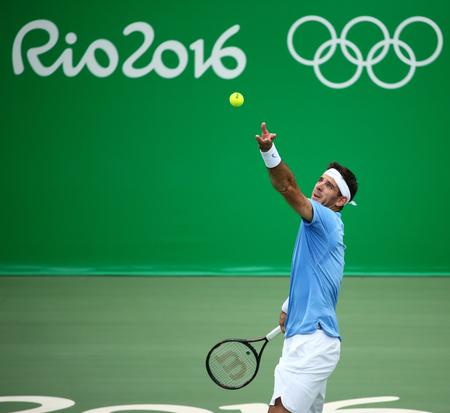 RIO DE JANEIRO, BRAZILIË - 11 augustus 2016: Grand Slam-kampioen Juan Martin Del Potro van Argentinië in actie tijdens zijn kwartfinale wedstrijd van de Olympische Spelen van Rio 2016 op de Olympische Tennis Centre Stockfoto - 66236289