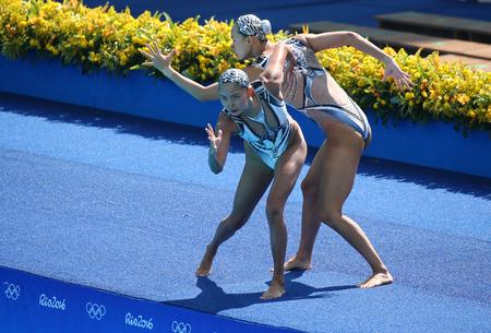 piscina olimpica: RIO DE JANEIRO, BRASIL - 15 DE AGOSTO, 2016: Huang Xuechen y Sun Wenyan del equipo de China compiten en natación sincronizada duetos preliminar de rutina libre de los Juegos Olímpicos Rio 2016