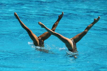Synchroonzwemmen duet tijdens de competitie Stockfoto - 67937874
