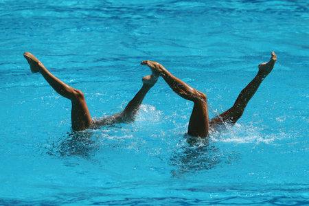 natación sincronizada: Sincronizada dúo de natación durante la competición Editorial